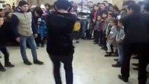 Il tente un pas de danse dans une battle et se met KO tout seul... Raté