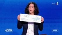 """Manon Aubry, tête de liste de la France Insoumise, présente un chèque pour appeler à """"ne pas faire de chèque en blanc"""", comprendre de fausses promesses"""