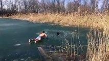 Il prend d'énormes risques pour sauver un chien tombé dans un lac gelé