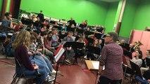 L'orchestre d'harmonie de Coutances répète avec Emmanuel Bex pour Jazz sous les pommiers