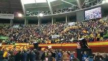 Acto de Vox en Leganés. Los asistentes cantan el himno de la Legión mientras esperan a que aparezca Abascal.