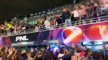 Les rappeurs de PNL défilent dans un bus sur les Champs Elysées à Paris comme les Bleus