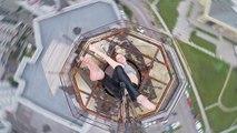 Une Russe fait du pole dance au sommet d'un immeuble
