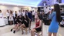 Manyak düğünde de böyle yarışmalar olur mu  diyor ama burası Rusya ve R