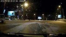 Un conducteur de bus russe drift sur la neige