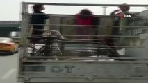 Çocukların Kamyonet Kasasında Tehlikeli Yolculuğu Kamerada