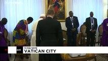 شاهد لحظة تقبيل البابا فرنسيس أقدام قادة جن�