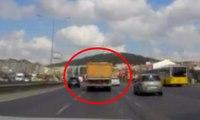 Yolda makas atarak ilerleyen hafriyat kamyonu kamerada