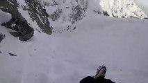 Un randonneur glisse dans la neige