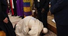À genoux pour la paix, le Pape embrasse les pieds des dirigeants Sud soudanais !