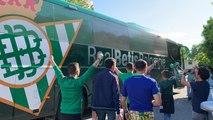 Sevilla-Betis: Salida del autobús del Betis hacia el Sánchez-Pizjuán