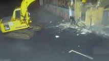 Ils volent un distributeur de billets en démolissant un mur avec une pelleteuse