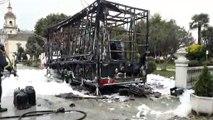 Bomberos de Asturias sofocan el incendio que destruyó un camión churrería en Vegadeo