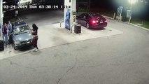 Des jeunes hommes se font attaquer par un homme armé d'un pistolet dans une station de service