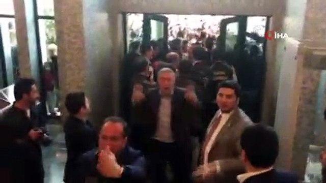 İstanbul Büyükşehir Belediye Başkanı seçilen Ekrem İmamoğlu, Çağlayan'daki İstanbul Adalet Sarayında bulunan İl Seçim Kurulunda mazbatasını aldıktan sonra görevi devralmak için Saraçhane'deki İBB binasına geldi.