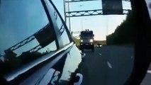 Ce conducteur hallucine quand un camion veut le doubler alors qu'il roule à 160 kmh !