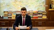 MHP'li Belediye Başkanı Karagöl, devraldığı borç durumunu gösteren afişi belediye binasına astırdı