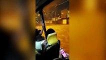 Un bus transporte des passagers à travers une rivière en crue !