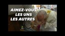 Pour la semaine sainte, le pape François baise les pieds de 12 prisonniers
