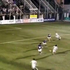 Un attaquant fait une feinte sans toucher le ballon pour marquer un but