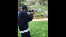 Booba publie sur les réseaux sociaux une vidéo dans laquelle il tire à l'arme à feu sur un portrait de Kaaris