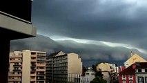 Ces images montrent des nuages apocalyptiques sur cette ville
