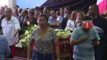 Des Péruviens rendent hommage au président suicidé