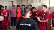 La préparation mentale et musicale des joueurs du FC Longeville avant leur match au Creutzberg
