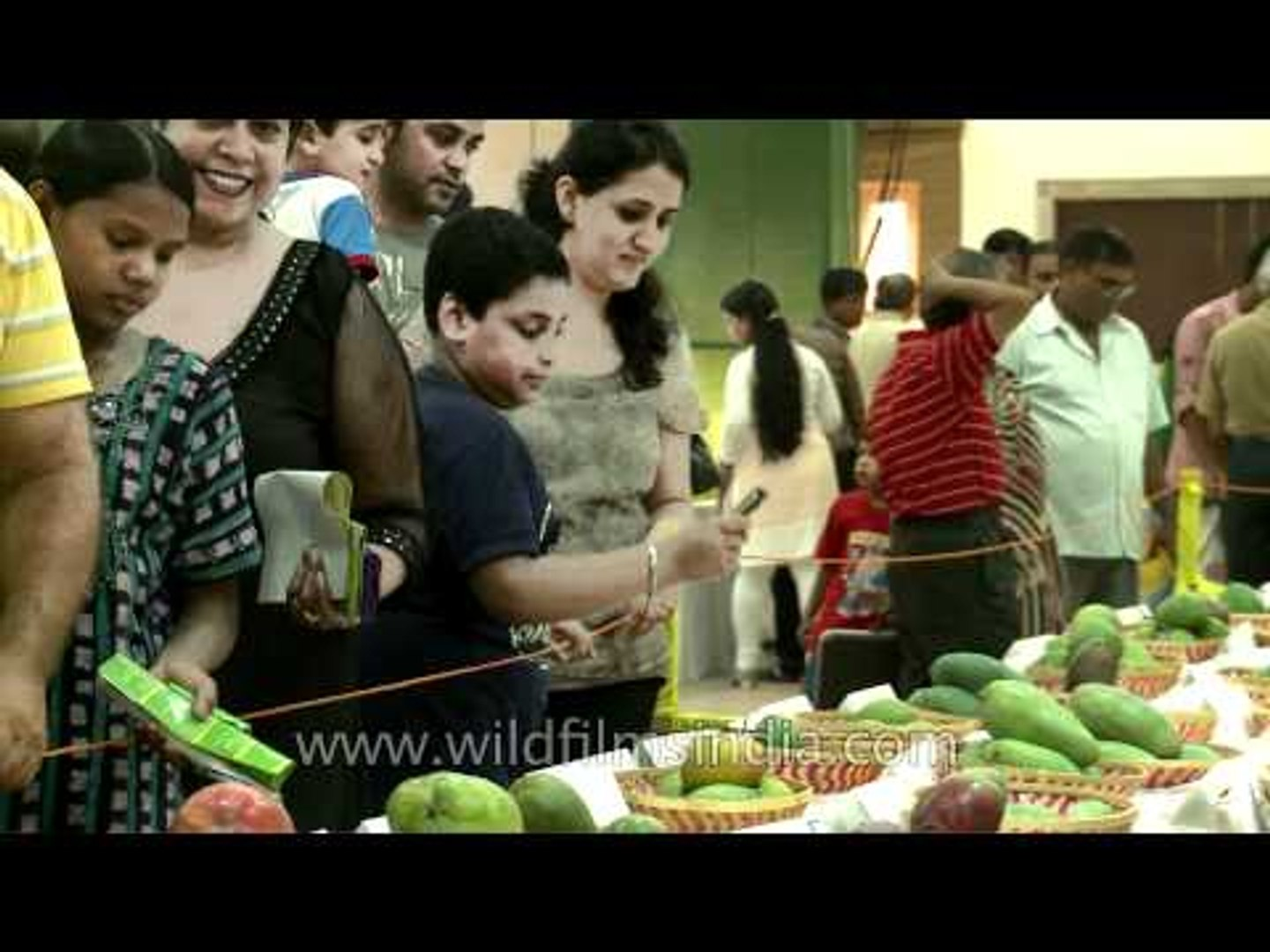 Delhi people welcome the king of fruits!