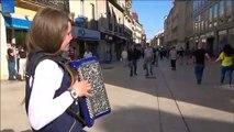 """Dijon : Angélique Laporte, factrice et accordéoniste, interprête """"Riche"""" de Claudio Capéo"""