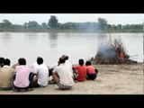 People watch while a dead person burns: Hindu cremation ceremony, Vrindavan