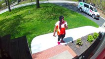Une livreuse dépose un colis suspect