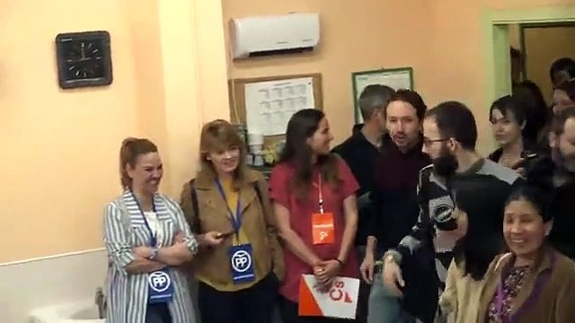 Pablo Iglesias vota en un colegio de Galapagar