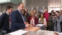 Ábalos vota en un colegio de Valencia