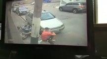 VÍDEO: Con este movimiento, consigue despistar a dos policías, ¡ver para creer!