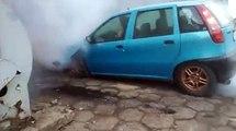 Il s'amuse à accélérer contre un mur avec sa vieille voiture... Mauvaise idée