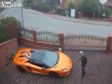 Un homme surpris en train de rayer une Lamborghini avec ses clés