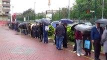 Diyarbakır'da sağanak yağmur altında ucuz et kuyruğu...Ucuz et alabilmek için saatlerce beklediler