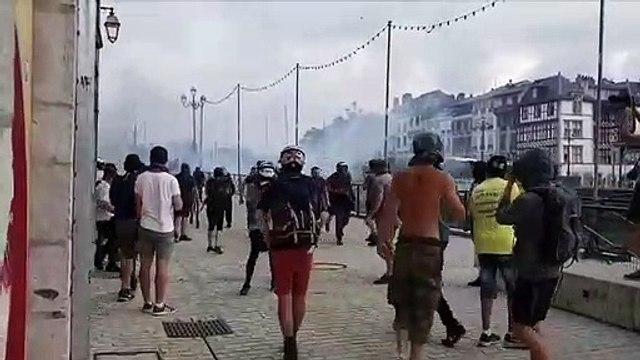 La policia francesa usa Cañones de agua y gases para parar a los manifestantes contra el G7 en Bayona