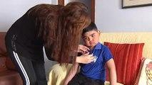 Los bomberos de Marbella ayudan a un niño con cáncer y parálisis a ir al colegio