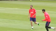 Godín, centro de todas las miradas en el entrenamiento del Atlético