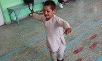 Afgan çocuğun protez bacak mutluluğu