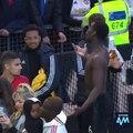 Pogba se fait huer par un fan de MU, il repond et applaudit sarcastiquement