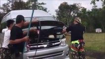 Ils découvrent un énorme cobra royal dans le moteur de leur camionnette... Flippant!
