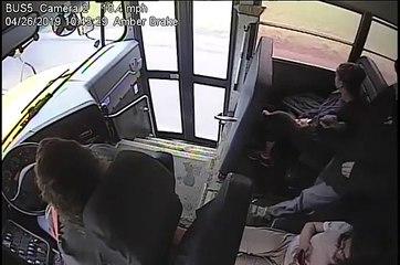 Une conductrice de bus a un réflexe qui sauve un enfant d'un accident avec une voiture