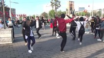 Taksim'de Zeybek Oynayan Öğrencilere Yoğun İlgi
