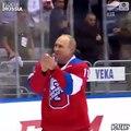 Vladimir Poutine tombe sur la glace pendant un match de hockey