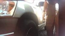 2 hommes en train de rayer une voiture filmés par le mode Sentinelle d'une Tesla