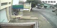 Un motard chanceux se fait percuter par un taxi mais réussi à éviter le pire