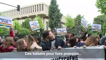 """Homophobie en Tchétchénie: un """"kiss-in"""" devant l'ambassade russe"""